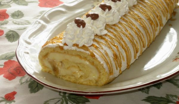 Roll with Homemade Cream, Bananas and Chocolate Crispies