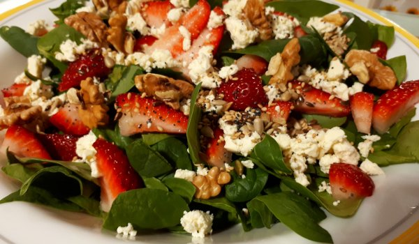Salad with Spinach, Strawberries and Goat Cheese