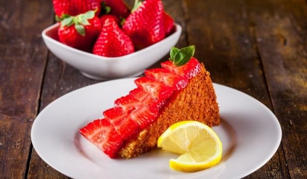 Economical Cake with Strawberries