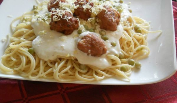 Spaghetti with White Sauce, Peas and Meatballs